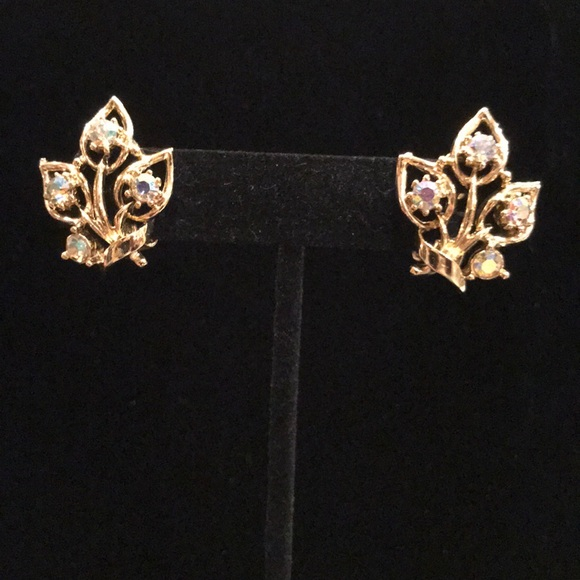 Jewelry - Clip on gold toned earrings
